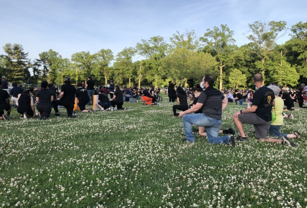protestors kneeling in support for BLM